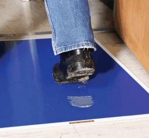 胶粘地板入口垫去除多余的颗粒